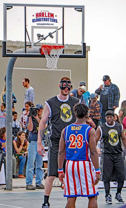 Harlem Globetrotters Beast and the opposing World Allstars Cager