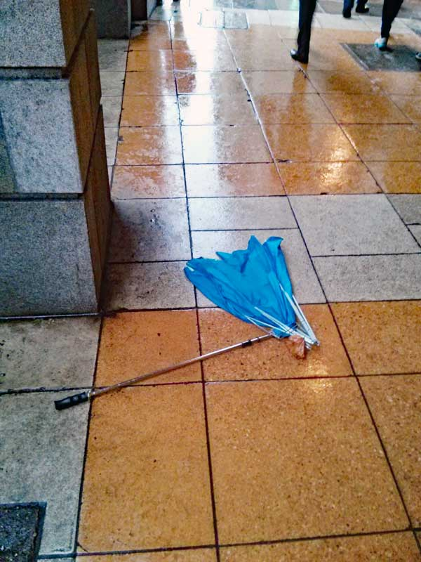 Umbrella that could not handle the wind, strong winds are expected to arrive with Barbara.