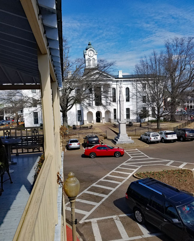 Oxford town square with the Lafayette County corthouse