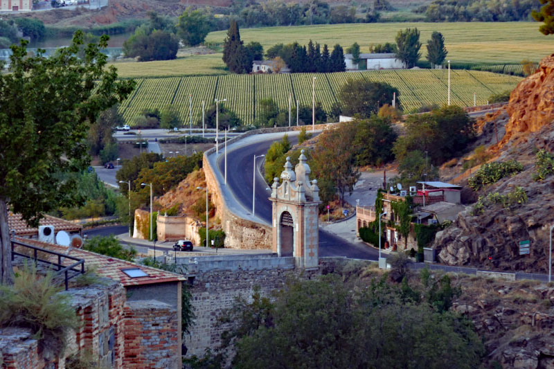 A better view of the Alcántara gate and bridge.