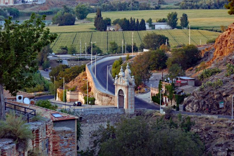 A better view of the Alcántara gate and bridge.
