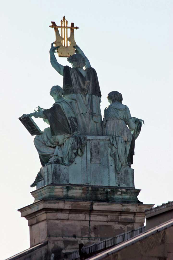 La Opera de Paris sculpture.
