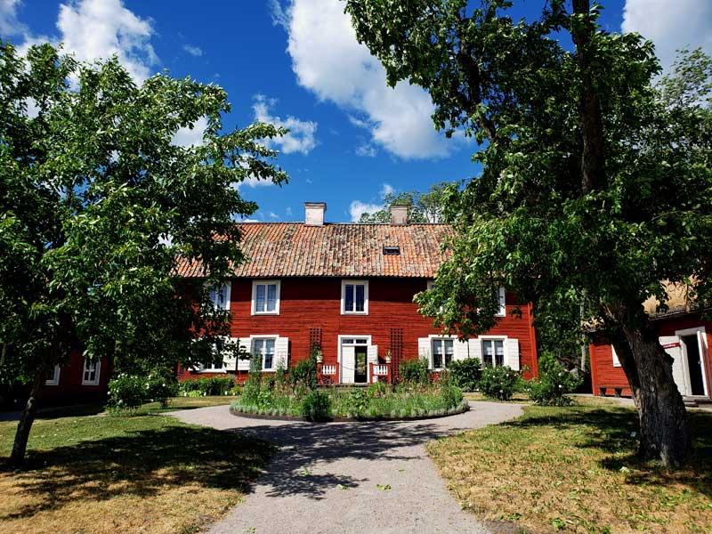 Linné's Hammarby main house with the entryway.