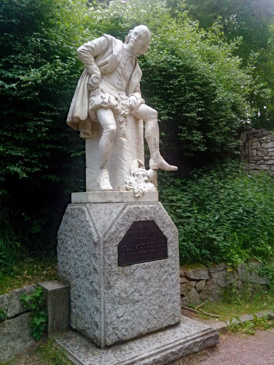 A statue of Shakespeare in Park an der Ilm.