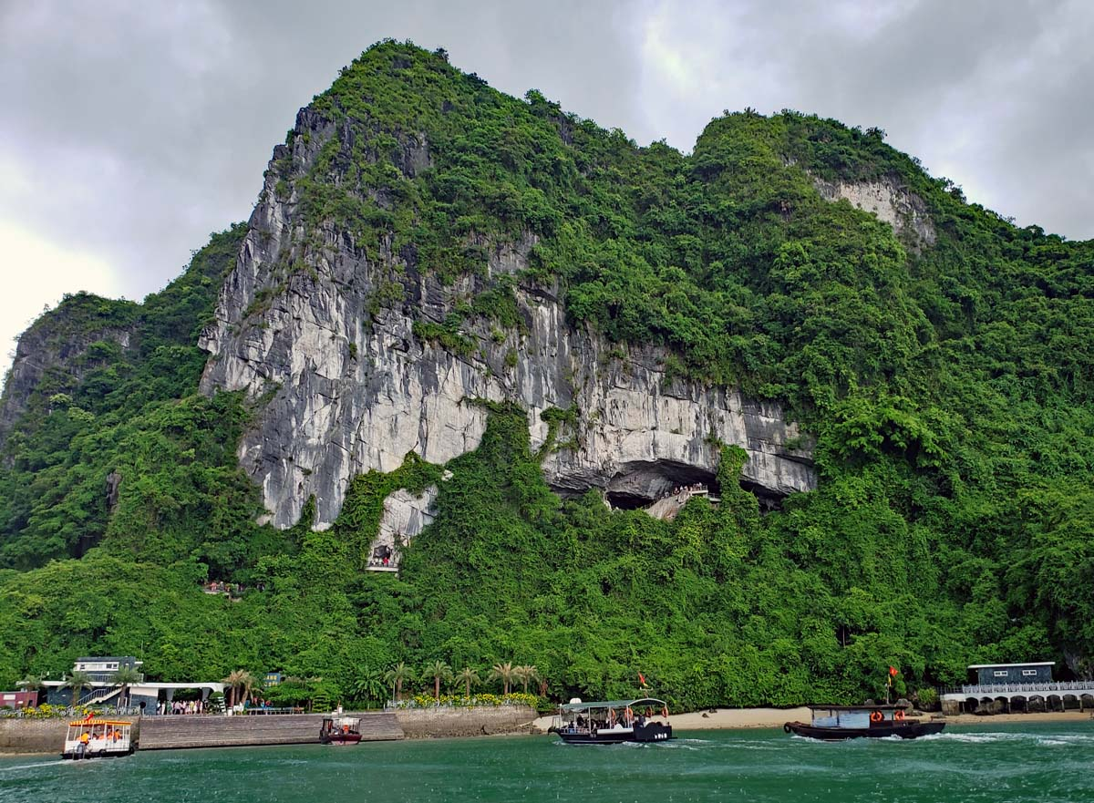 Hang Sung Sot cave harbor with the pier.
