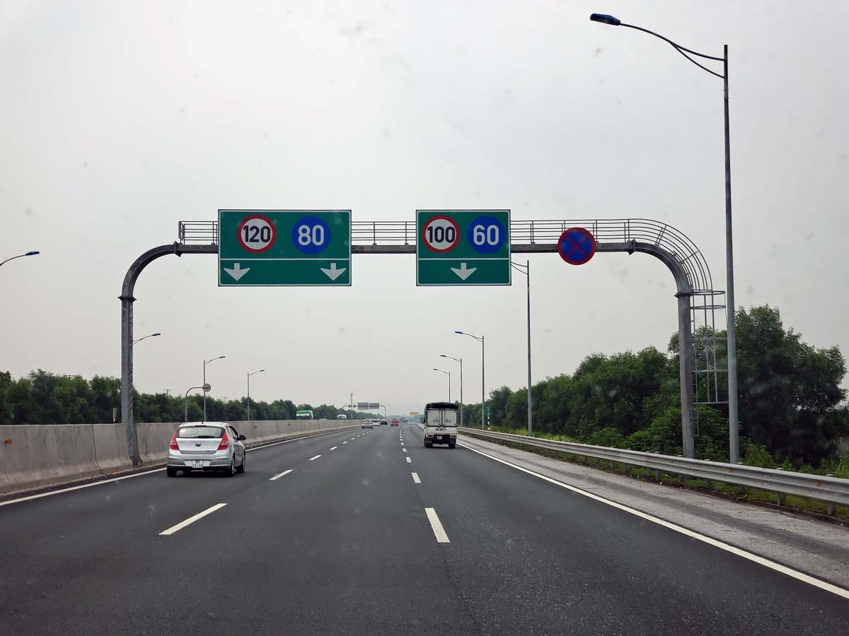 Speed limits on the toll road leaving Ha Long Bay going back to Ha Noi.