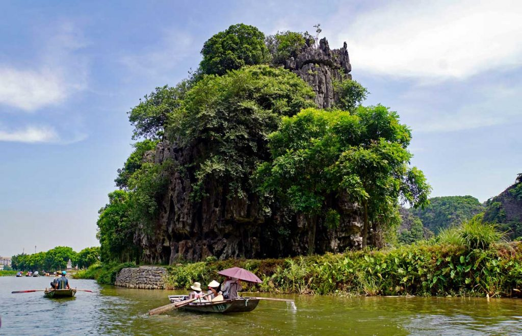 There is some very beautiful scenery along the Red River, limestone  cliffs and green rice fields mixed in with the green subtropical vegetation.