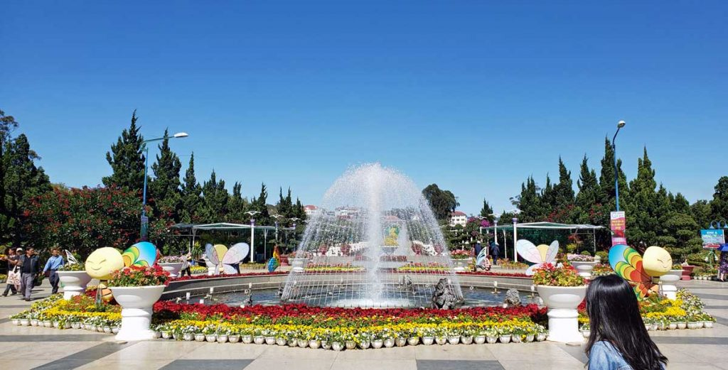 Fountain by the entrance too Flower Park.